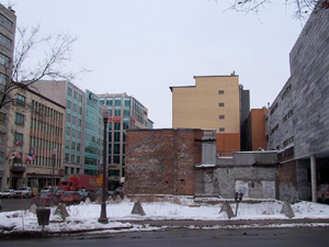 Coin Dorchester et Charest Est, vue en direction NE. Photo: Jean Cazes, 2 février 2007.