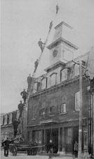 Grand format 358 X 600, Pompiers de la caserne no 7, à Québec, vers 1900. Source: Fonds Philippe Gingras (ANQ Centre de Québec).
