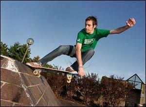 En attendant l'aménagement du skatepark officiel, Chany s'exerçait dans un parc de Sainte-Foy, hier. Le Soleil, Laetitia Deconinck.